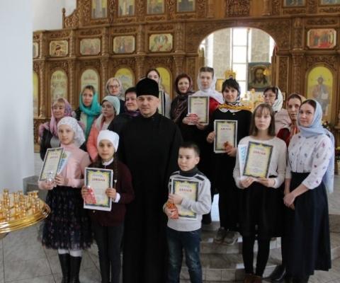 Призеры конкурса, педагоги и о. Вадим
