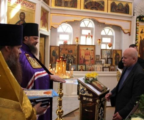 Архиепископ награждает Цуневского