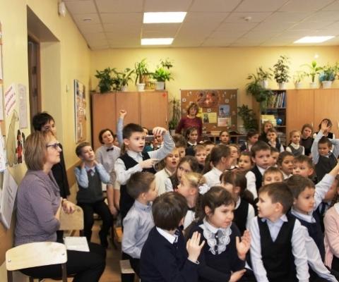 Ученики задают вопросы юным ораторам